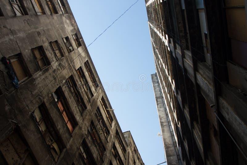 Edificio abandonado feo ocupado por el movimiento social de la vivienda imagenes de archivo