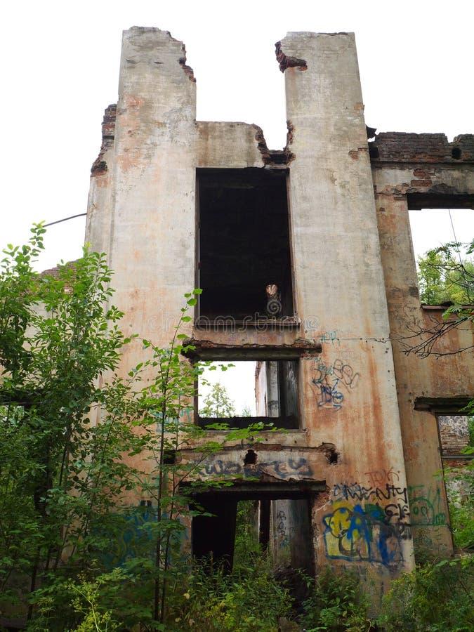 Edificio abandonado sin el tejado y las ventanas imágenes de archivo libres de regalías