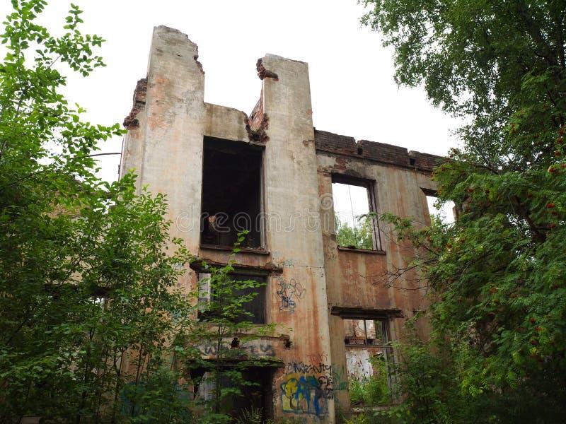 Edificio abandonado sin el tejado y las ventanas foto de archivo libre de regalías