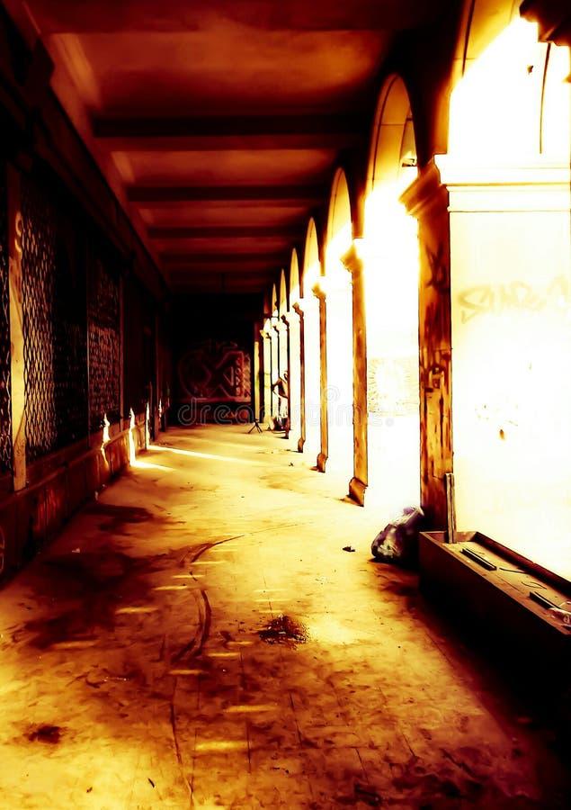 Edificio abandonado siniestro en la iluminación espeluznante fotos de archivo libres de regalías