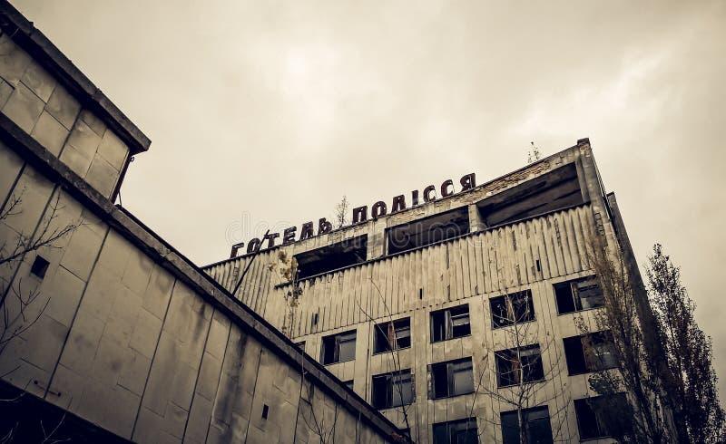 Edificio abandonado viejo con el nombre del hotel en Chernóbil Ucrania imagen de archivo libre de regalías