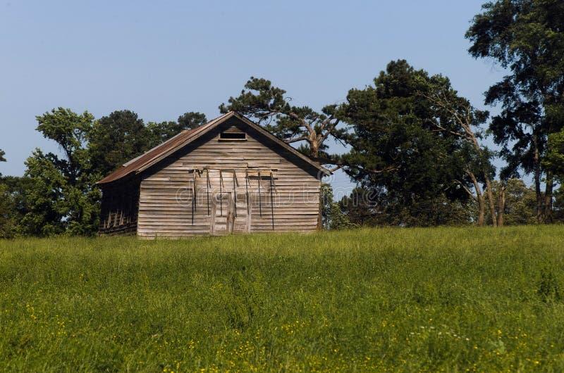 Edificio abandonado viejo en el país imagen de archivo libre de regalías