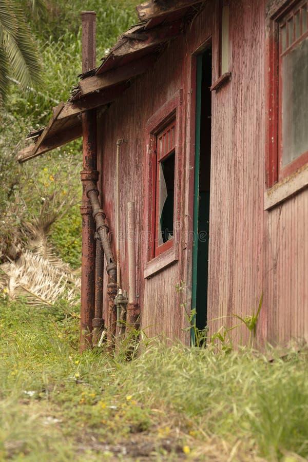 Edificio abandonado viejo que se deshace con las ventanas y las puertas quebradas imágenes de archivo libres de regalías