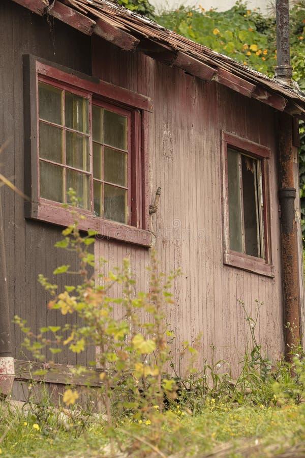 Edificio abandonado viejo que se deshace con las ventanas y las puertas quebradas fotografía de archivo
