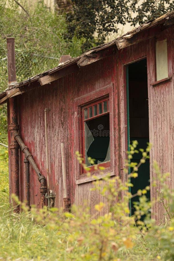 Edificio abandonado viejo que se deshace con las ventanas y las puertas quebradas fotografía de archivo libre de regalías