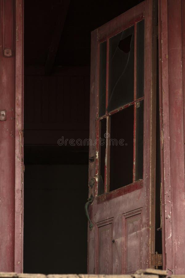 Edificio abandonado viejo que se deshace con las ventanas y las puertas quebradas fotos de archivo libres de regalías