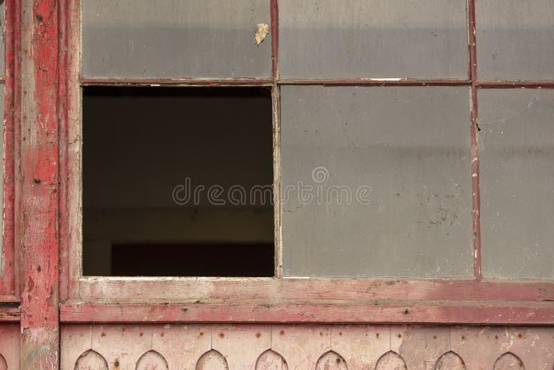 Edificio abandonado viejo que se deshace con las ventanas y las puertas quebradas imagenes de archivo