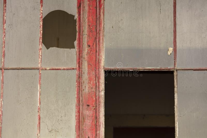 Edificio abandonado viejo que se deshace con las ventanas y las puertas quebradas foto de archivo libre de regalías