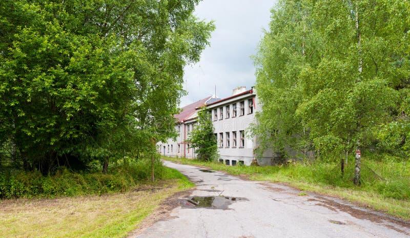 Edificio abandonado y un camino foto de archivo libre de regalías