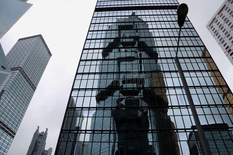 Edificio abstracto moderno en Hong Kong, el modelo geométrico del vidrio y del hormigón con la reflexión hermosa Urbano fotos de archivo libres de regalías