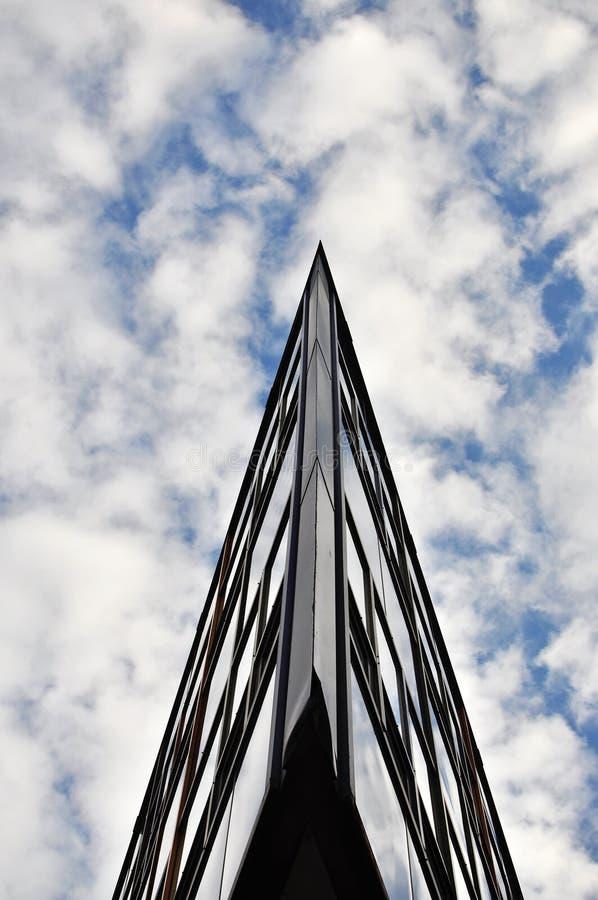 Edificio acentuado en cielo fotografía de archivo libre de regalías