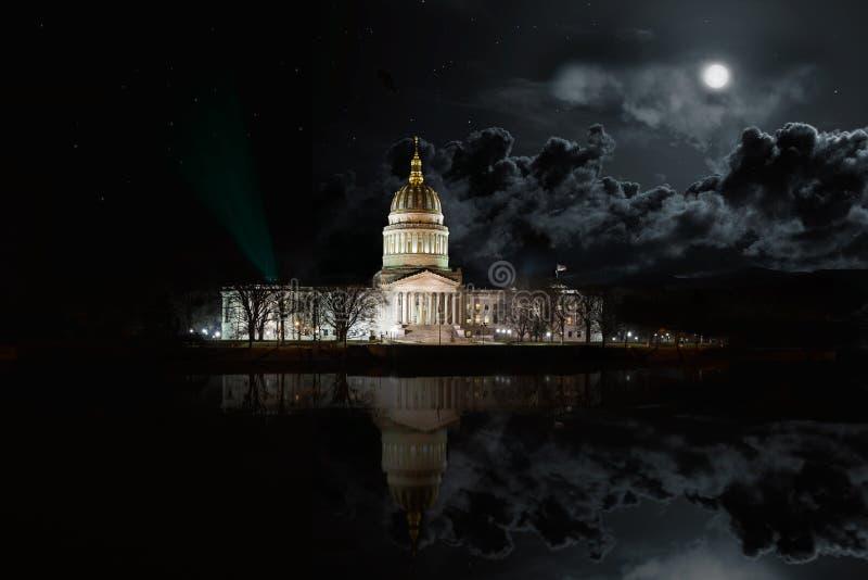 Edificio ad ovest di Virginia State Capitol alla notte fotografia stock