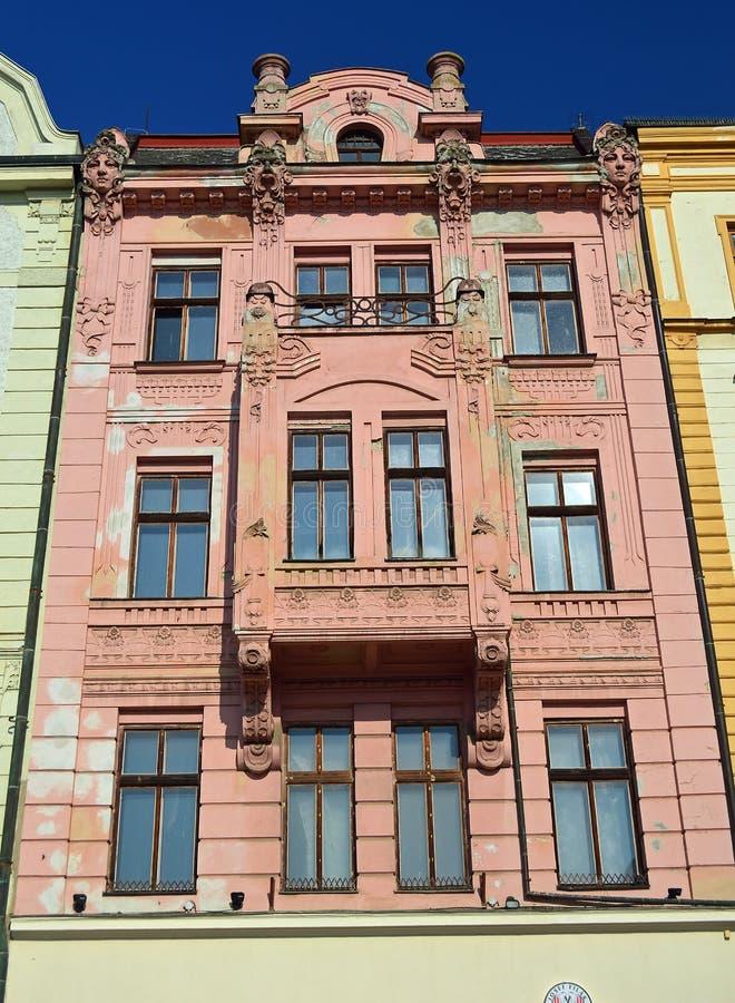 Edificio adornado barroco del rosa en la República Checa de Olomouc del cuadrado superior imagen de archivo