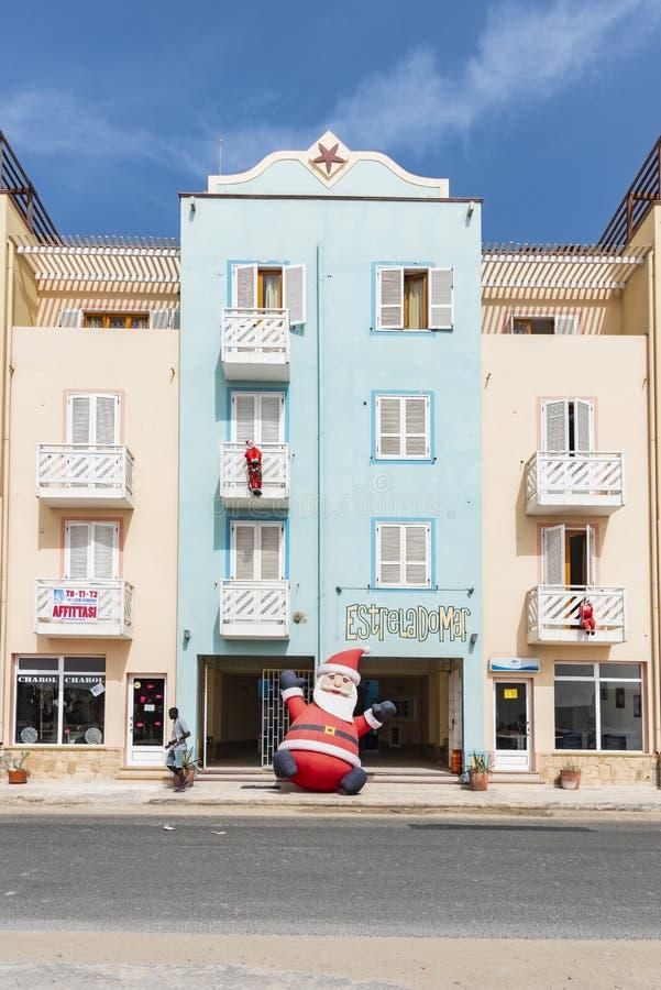 Edificio adornado con Santa Claus Sal Rei Cape Verde foto de archivo libre de regalías