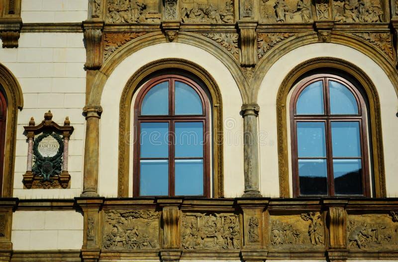 Edificio adornado poner crema y marrón en la República Checa de Olomouc del cuadrado superior foto de archivo libre de regalías