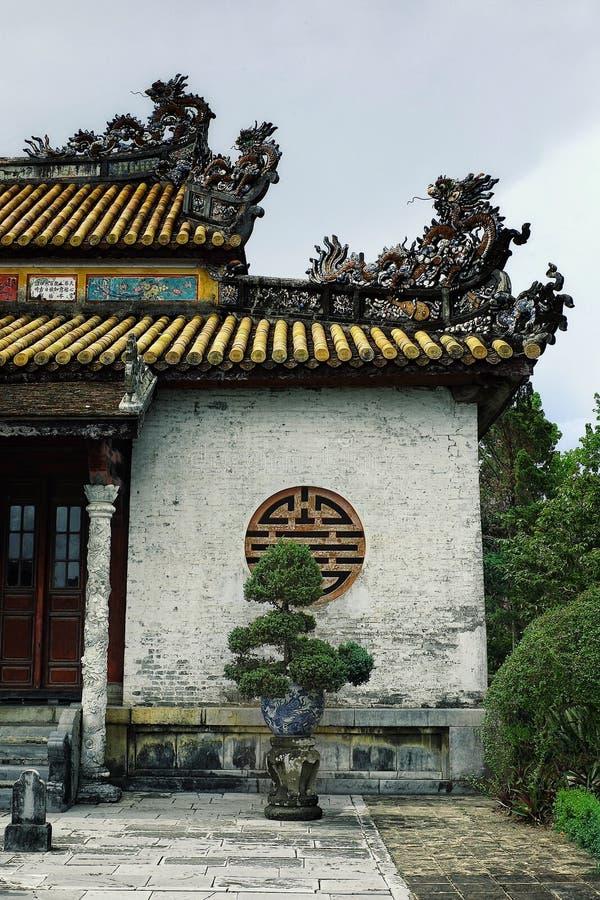 Edificio adornado tradicional del palacio del monasterio con los ornamentos agradables fotografía de archivo