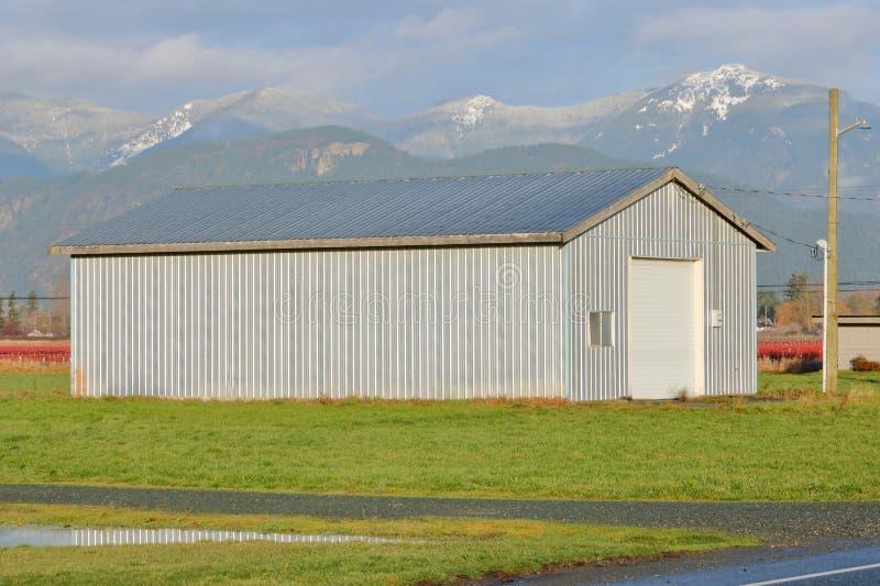 Edificio agrícola simple y moderno imagen de archivo libre de regalías