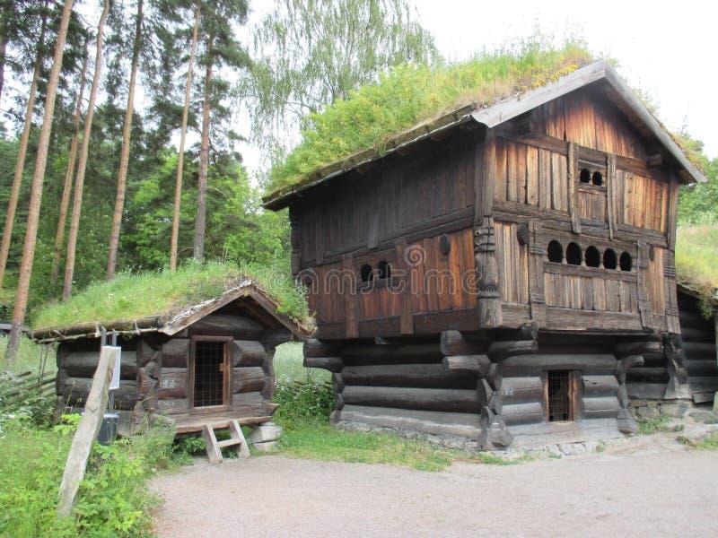 Edificio agrícola tradicional en el Norsk Folkemuseum foto de archivo