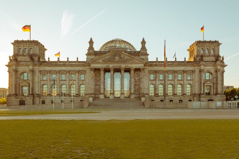 Edificio alemán del parlamento de Reichstag en puesta del sol imagenes de archivo