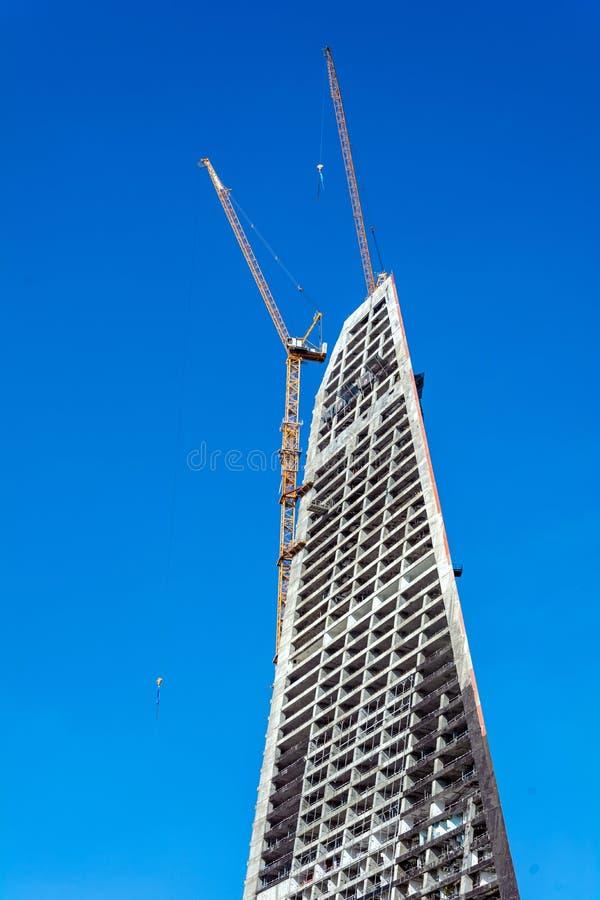 Edificio alto bajo construcción con la grúa foto de archivo libre de regalías