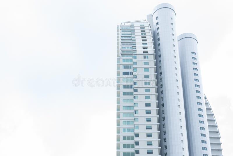 Edificio alto con il chiaro cielo bianco Architettura e concetto della struttura Vita della gente e tema vivente immagini stock