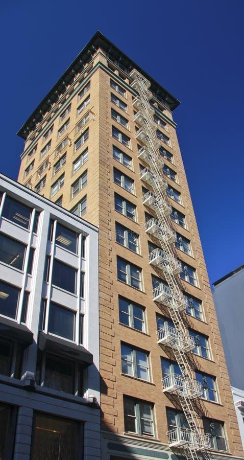 Edificio alto con la scala esterna di uscita d'emergenza immagini stock