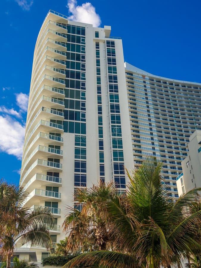 Edificio alto en el centro turístico tropical foto de archivo