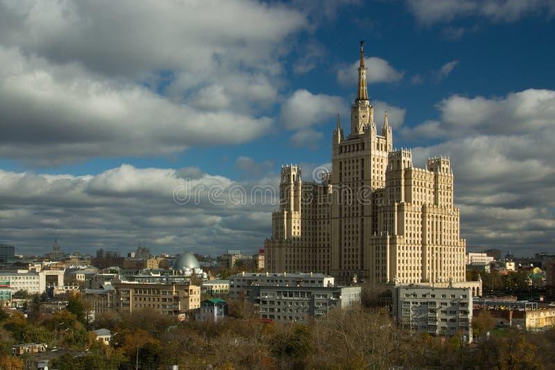 Edificio alto en el cuadrado de Kudrinskaya fotografía de archivo libre de regalías