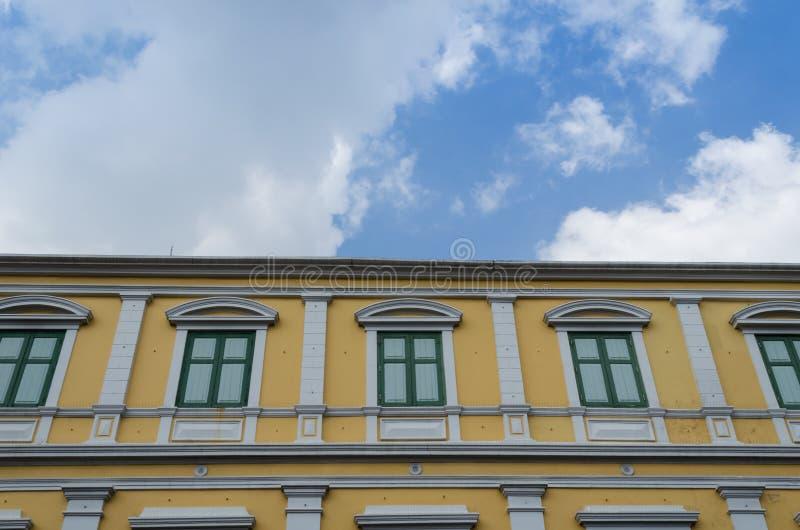 Edificio amarillo fotografía de archivo libre de regalías