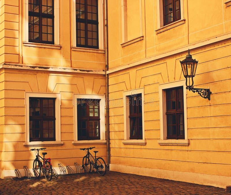 Edificio amarillo fotos de archivo libres de regalías