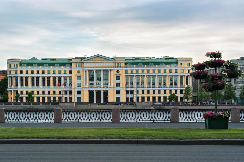 Edificio amarillo con el tejado verde fotografía de archivo libre de regalías