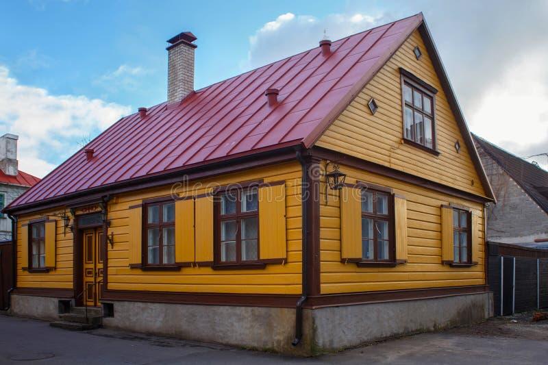 Edificio amarillo de madera viejo con las paredes recientemente pintadas fotografía de archivo