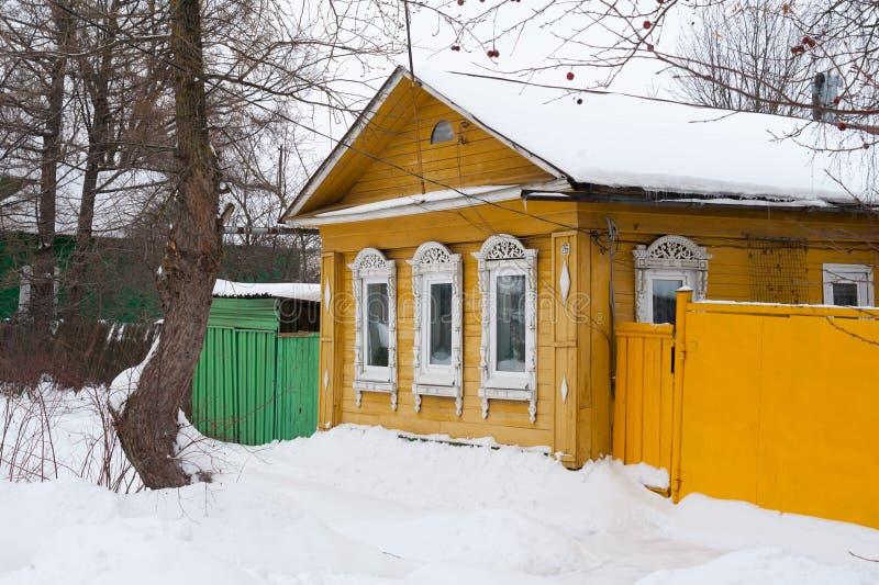 Edificio amarillo de madera viejo en Rostov Veliky, Rusia Invierno fotografía de archivo