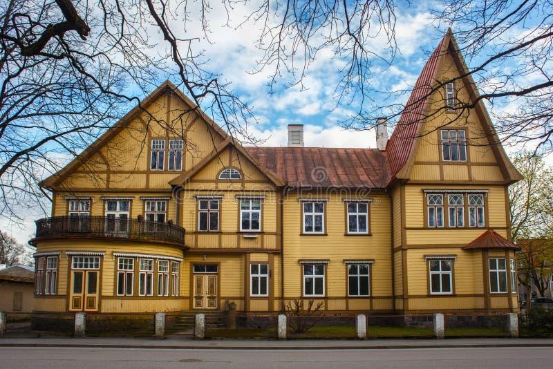 Edificio amarillo de madera viejo grande imagen de archivo