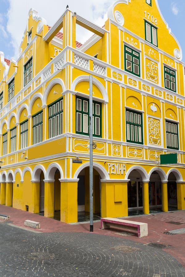 Edificio amarillo en Willemstad en Curaçao fotografía de archivo