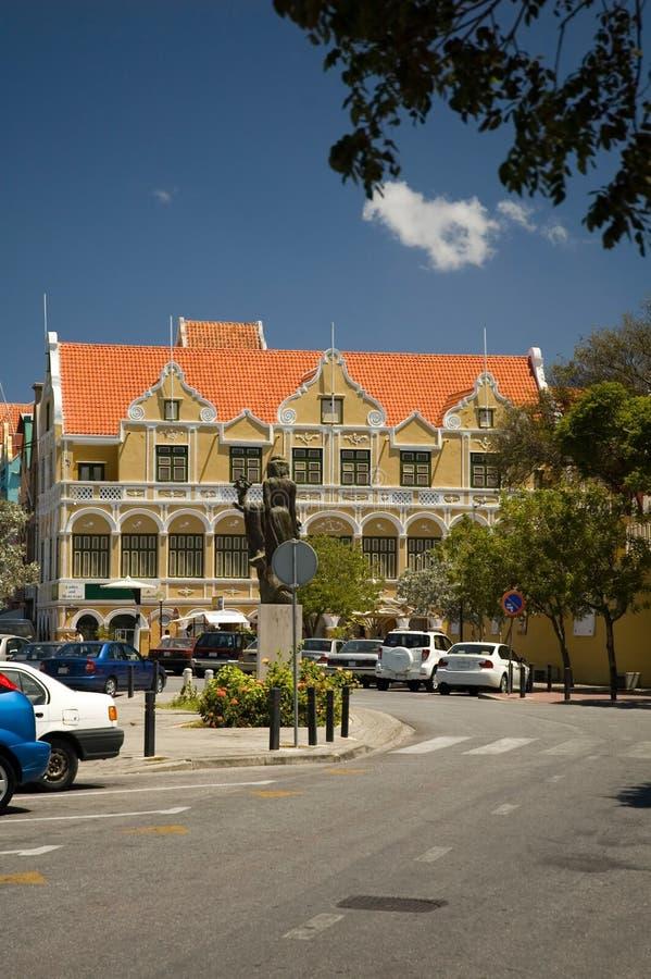 Edificio amarillo icónico en la esquina, lado de Willemstad, Curaçao de Penha del punda fotografía de archivo libre de regalías