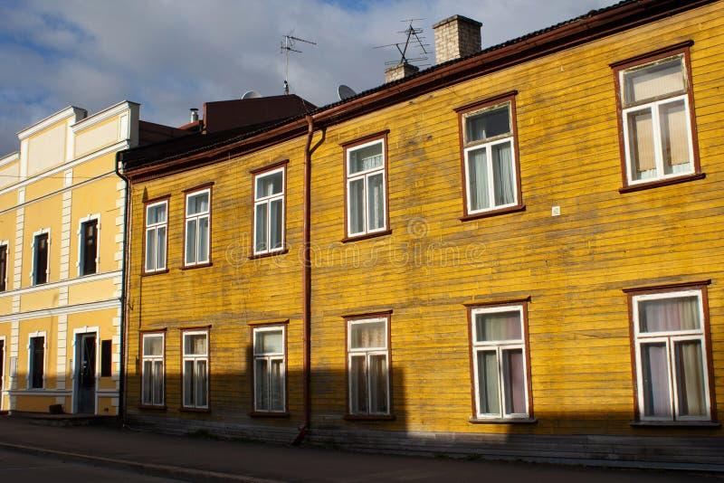 Edificio amarillo lamentable de madera viejo imagen de archivo libre de regalías