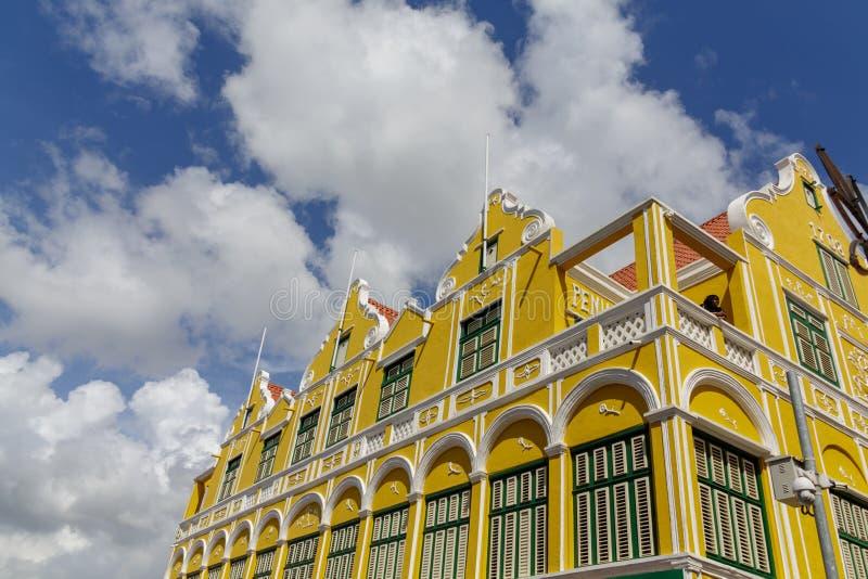Edificio amarillo tradicional en Willemstad foto de archivo
