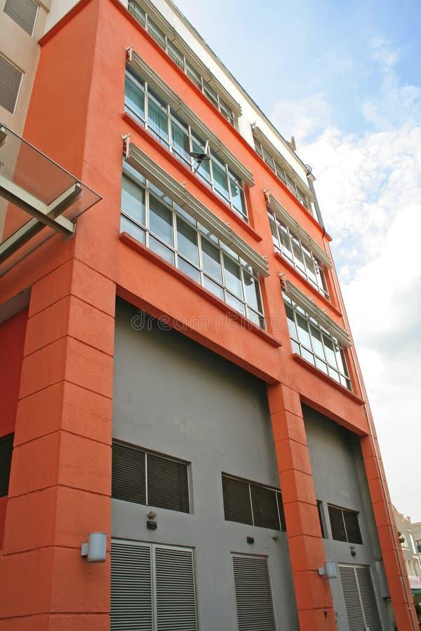 Edificio anaranjado imagenes de archivo