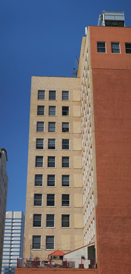 Edificio anaranjado alto foto de archivo