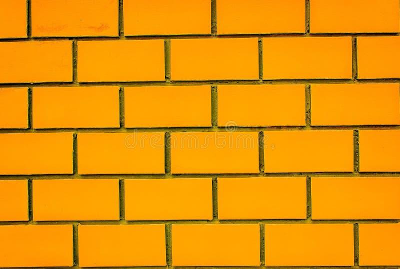 Edificio anaranjado de Sirindhorn de la pared de ladrillo fotografía de archivo