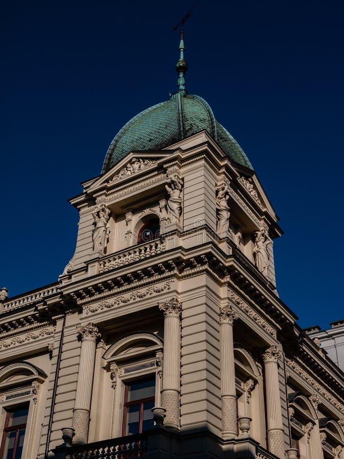 Edificio antico con tetto luminoso e colonne immagine stock