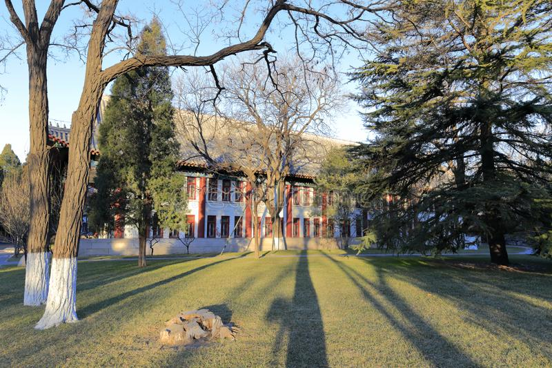 Edificio antiguo de la enseñanza y de la investigación de la Universidad de Pekín, adobe rgb imagen de archivo