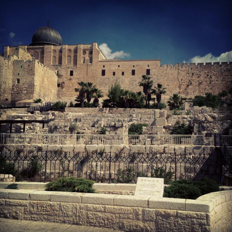 Edificio antiguo en Jerusalén en los rayos de la luz del sol foto de archivo libre de regalías