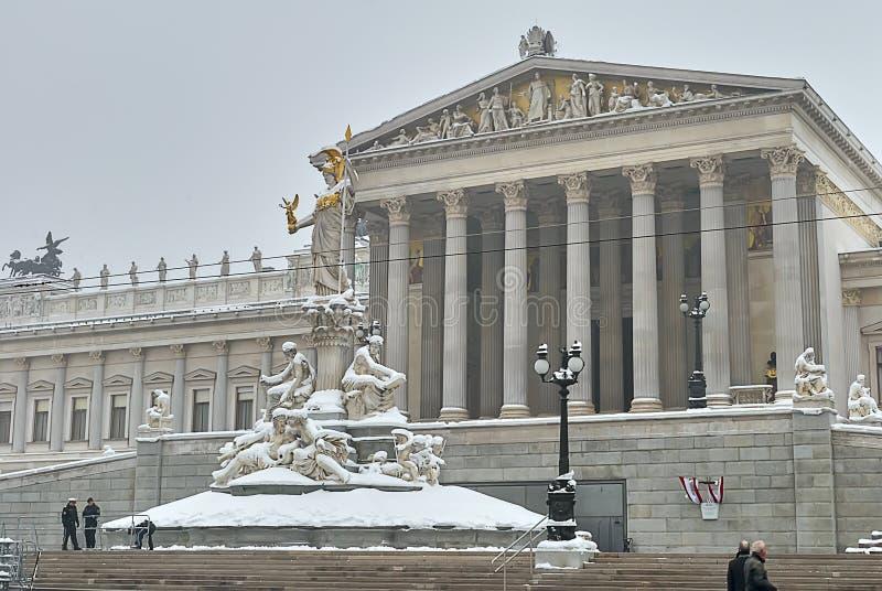 Edificio austríaco del parlamento después de nevadas fotos de archivo