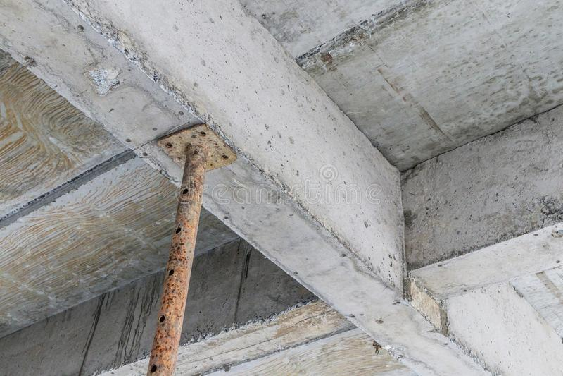 Edificio bajo construcción con el bea de acero del hormigón de la ayuda del hierro fotos de archivo libres de regalías