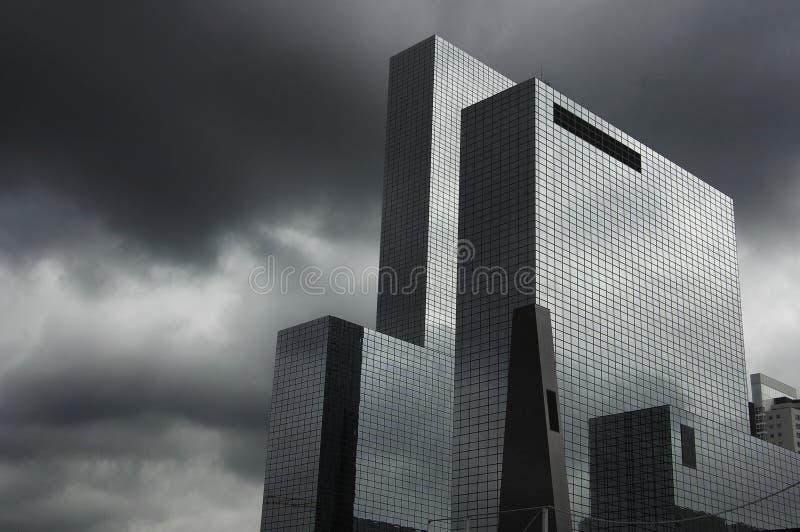 Edificio bajo la tormenta fotos de archivo