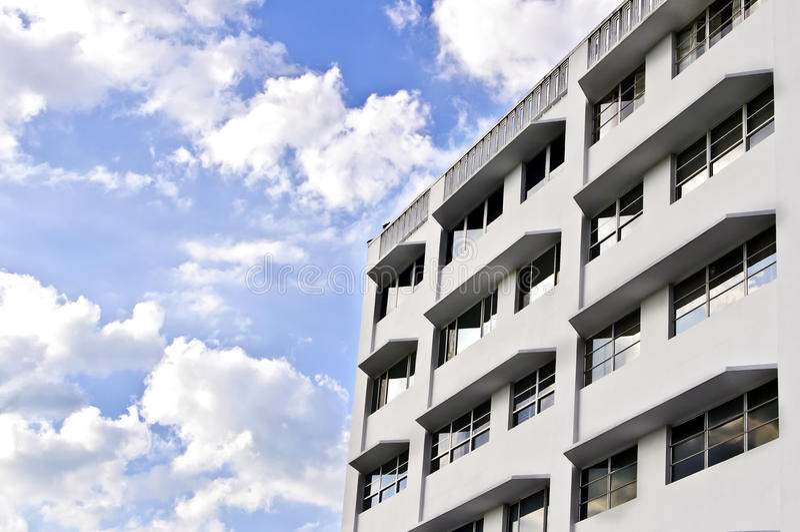 Edificio blanco, cielo azul con las nubes foto de archivo libre de regalías