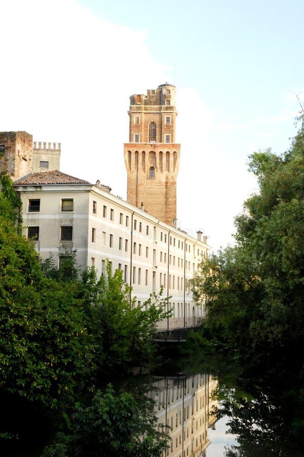 Edificio blanco, con la reflexión en agua, y la torre del observatorio en Padua imágenes de archivo libres de regalías