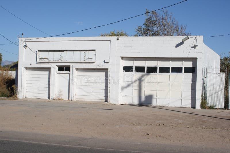 Edificio blanco del garage imagenes de archivo